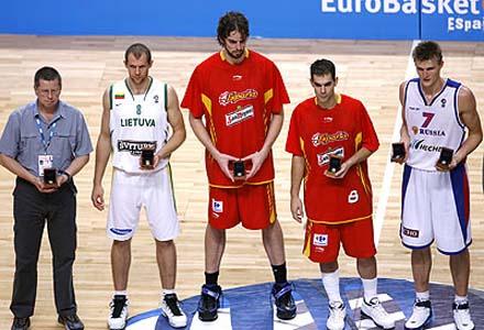 """BKT184. MADRID, 16/09/07.- Los jugadores elegidos """"quinteto ideal"""" del Eurobasket 2007, el lituano Ramunas Siskauskas (2i); los españoles Pau Gasol (c) y José Manuel Calderón (2d) y el ruso Andrei Kirilenko (d), elegido MVP de la final, y el miembro del cuerpo técnico alemán que recogió la medalla en nombre del pivot germano Dirk Nowitzki posan para los fotógrafos. EFE/Acero"""